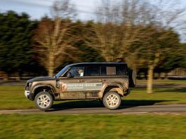 Nowy Land Rover Defender - emocjonująca pierwsza jazda na prawym fotelu