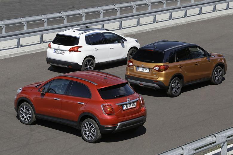 Peugeot jest najciaśniejszy z tyłu. Fiat w obu rzędach siedzeń zapewnia najwięcej miejsca nad głowami. Wysocy pasażerowie  najmniej przestrzeni nad głowami  mają z tyłu w Suzuki
