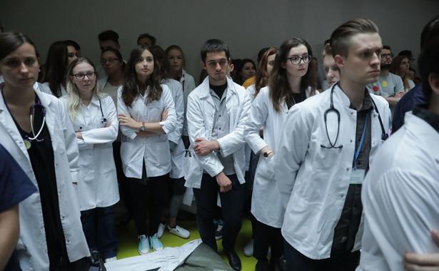 Medycy domagają się między innymi wzrostu nakładów na służbę zdrowia.