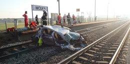 Pociąg Intercity zmiażdżył auto. Są ofiary