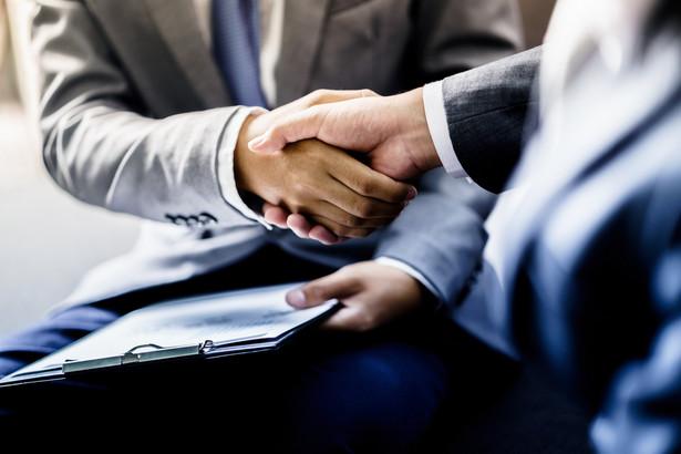 Osoby pełniące funkcje publiczne co do zasady nie mogą równolegle zajmować posad w zarządach i organach kontrolnych spółek, spółdzielni mieszkaniowych czy fundacji prowadzących działalność gospodarczą
