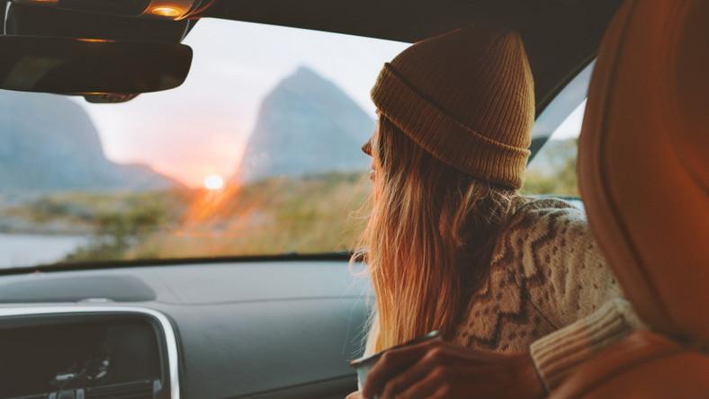 Kobieta w samochodzie. Weekendowy wyjazd