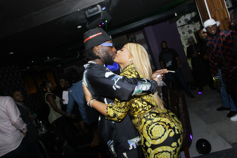 Well, love knows no boundaries as it can catch up with anyone anywhere in the world. Burna Boy announced his relationship with Stefflon in a rather unconventional style in 2019 and social media went into a frenzy. [BukiHQ]