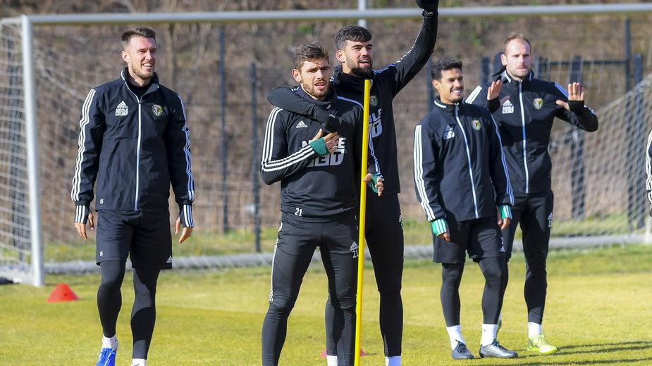 Mark Tamas (pierwszy z lewej) i Jakub Łabojko (drugi z lewej) dzięki dodatkowej pracy z trenerem Morawskim chcą lepiej analizować grę w trakcie meczu.