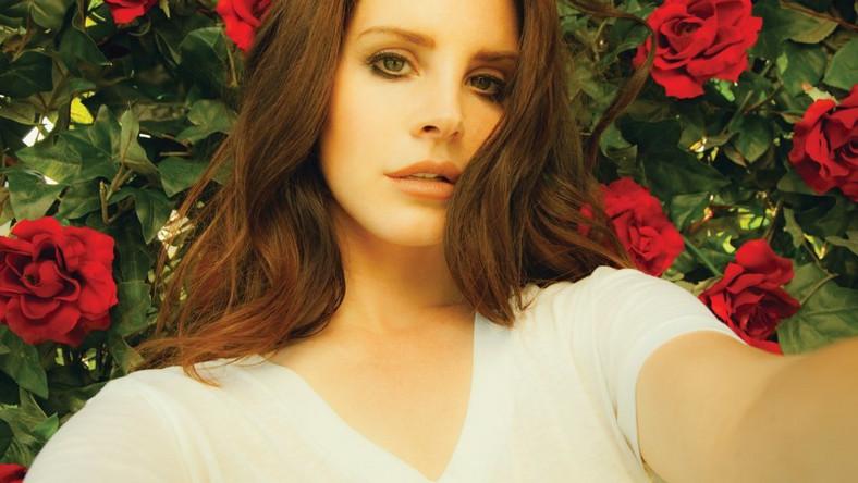 """Lana Del Rey niezwykle rzadko występuje w Europie. Jej warszawski koncert jest jak na razie jednym z dwóch potwierdzonych występów w tym roku. A jest dziś jedną z najpopularniejszych wokalistek na świecie. Prawdziwa ikona stylu. Gwiazda. Trochę w stylu retro, co doskonale koresponduje z jej uwielbieniem dla popkultury lat 50-tych i 60-tych. Na scenie muzycznej pojawiła się dekadę temu, ale to za sprawą intrygującego singla """"Video Games"""" i towarzyszącego mu teledysku o Lanie stało się głośno. Klip błyskawicznie stał się viralem, stawiając uzasadnione pytanie: """"Kim jest ta dziewczyna?"""". Wyjaśnienie przyszło błyskawicznie – nową twarzą współczesnego popu, którą pokochają miliony. Kolejne single: '""""Born To Die"""" czy """"Blue Jeans"""" tylko potwierdziły gwiazdorski status młodej wokalistki. Jej debiut, """"Born To Die"""", ukazał się na początku 2012 roku i był jedną z najważniejszych i najlepiej sprzedających się płyt tego roku na świecie. W Polsce niezwykłą popularnością cieszył się melancholijny singiel """"Summertime Sadness"""". W muzyce Lany najważniejszy jest klimat, przywodzący na myśl muzykę i filmy lat 50-tych, 60-tych, stare """"Hollywood"""", elegancję i glamour, ale także współczesne elementy: hip hop, sporo samplingu, doskonałą produkcję i siłę internetowej popularności. Lana Del Rey na """"Born To Die"""" stała się poniekąd definicją amerykańskiej dziewczyny, zakochanej w przeszłości, ale świetnie rozumiejącej teraźniejszość. Na kolejnych dwóch albumach """"Ultraviolence"""" i ubiegłorocznym """"Honeymoon"""" Lana Del Rey rozwinęła swoje umiejętności, potwierdzając klasę znakomitej wokalistki i osoby, która świetnie potrafi dobrać sobie studyjnych współpracowników. Nad jej piosenkami pracowali m.in. Dan Auerbach, Paul Epworth czy Greg Kurstin. Do wielu z jej singli powstają bardzo filmowe teledyski, z rozbudowaną historią, trwające czasem nawet po kilkanaście minut. Niejako ich kontynuacją stał się krótkometrażowy obraz """"Tropico"""", w którym zagrała główną rolę i do którego napisała scenariusz."""