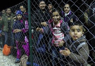 Francja: Tysiące uchodźców ewakuowanych z obozu pod Calais
