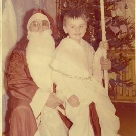 Udało nam się dotrzeć do zdjęć z dzieciństwa wielkiej gwiazdy! Poznajecie?