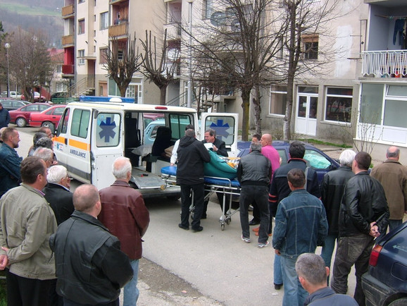 Lekari odnose telo Dragana Savića