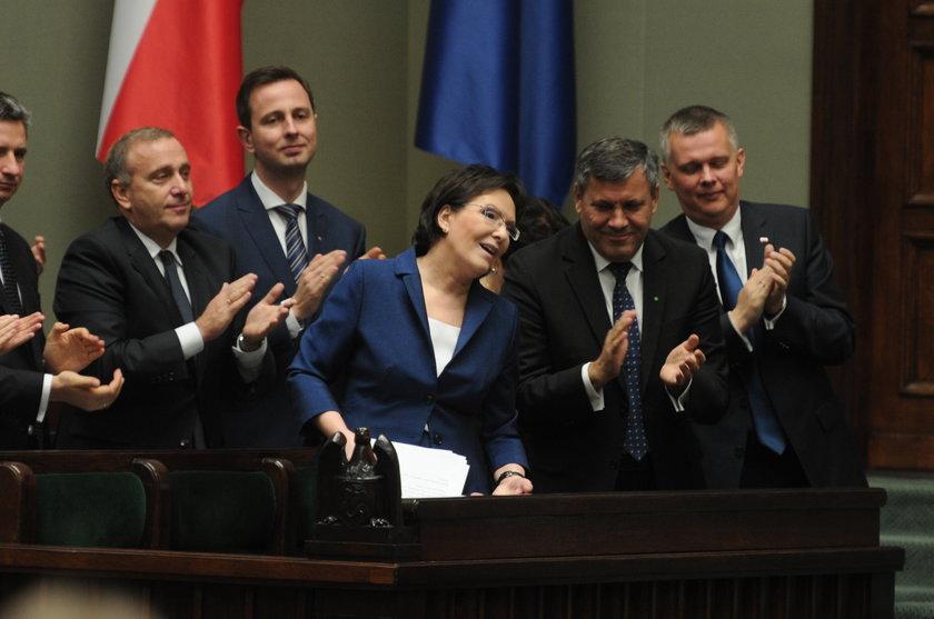 Koledzy z rządu oklaskują premier Ewę Kopacz