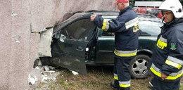 Auto wbiło się w dom. 29-latka robiła to za kierownicą
