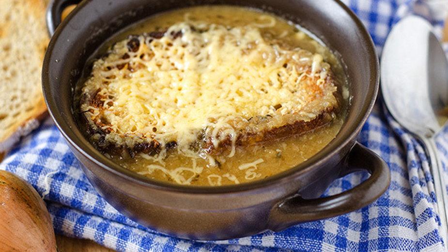 Francuska zupa cebulowa. Prosty przepis na wykwintne danie