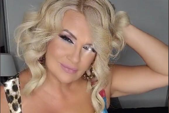 NAJATRAKTIVNIJA SRPSKA APOTEKARKA Ana je svima privukla pažnju plesom na radnom mestu i zavodljivim dekolteom, a sada je objavila novi snimak i TIK TOK GORI!