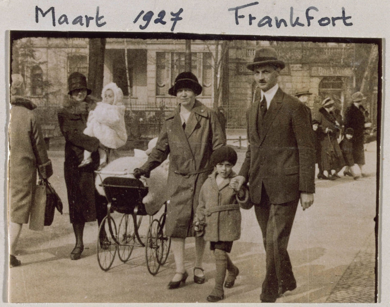 Anne i Margot Frank z rodzicami - Edith i Ottonem - w 1927 r. we Frankfurcie