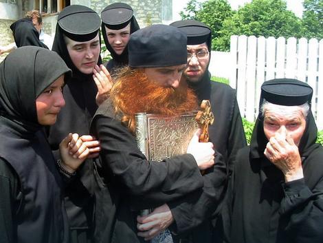 Sveštenik se povukao u šumu