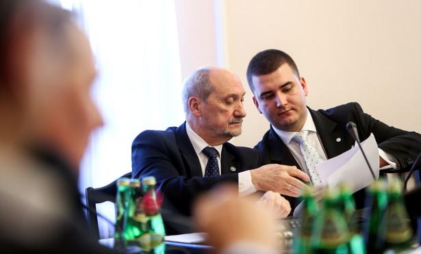 Antoni Macierewicz oraz rzecznik prasowy MON Bartłomiej Misiewicz