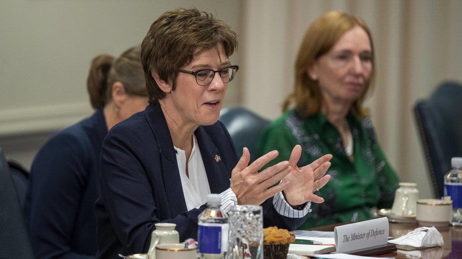 Niemiecka minister obrony Annegret Kramp-Karrenbauer wygłasza przemówienie podczas spotkania z sekretarzem obrony USA Lloydem Austinem w Pentagonie