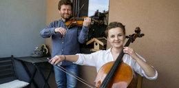 Skrzypek z wiolonczelistką grają na... balkonie!