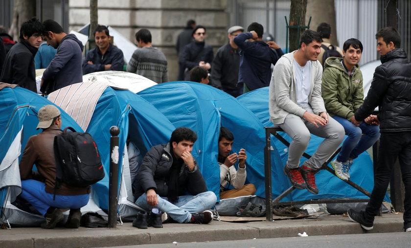 Uchodźcy koczują na ulicach Paryża