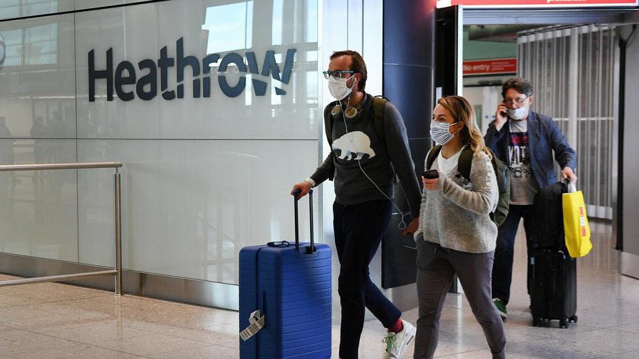 Pasażerowie w maseczkach na lotnisku Heathrow