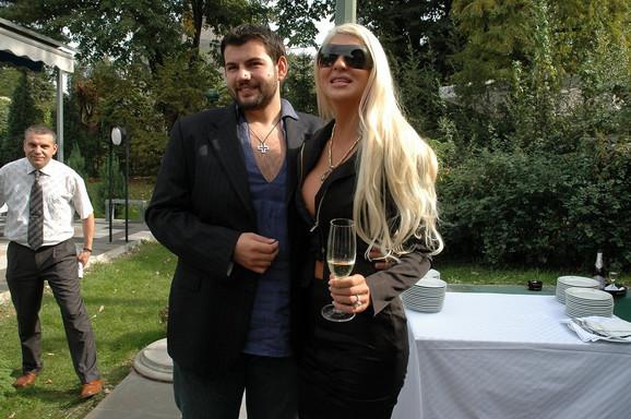 Jelena Karleuša i Bojan Karić (tri meseca) Pevačica i naslednik poznate porodice nimalo laskavu titulu poneli su razvodom posle samo tri meseca braka. Vest o njihovom razvodu ostaće upamćena po spekulaciji da je Karleuša sa telohraniteljem prevarila supruga.