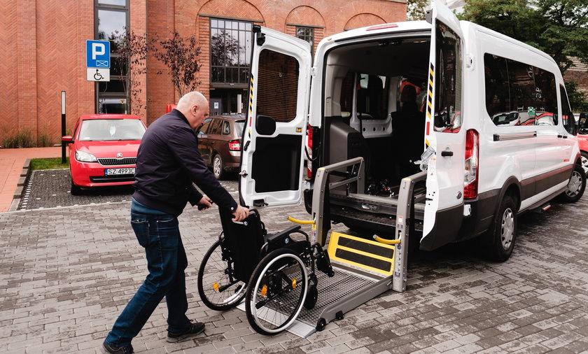 """W Zabrzu rusza program """"Door to door"""". Seniorzy mający problem z poruszaniem się mogą dostać darmowy transport"""