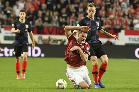 Ivan Rakitić pokušava da dođe do lopte