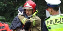 To on przytulał Sebastianka, który w wypadku stracił rodziców. Twarz tego strażaka poznała cała Polska