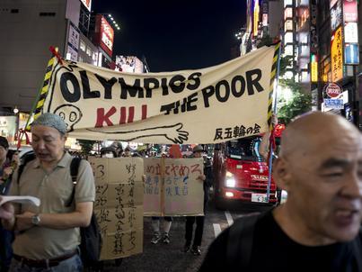 Grupa protestujących przeciwstawia się organizacji olimpiady w Tokio
