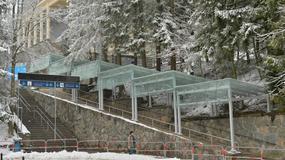Tatry - schodołaz dla niepełnosprawnych i ekran informujący o pogodzie przy stacji w Kuźnicach