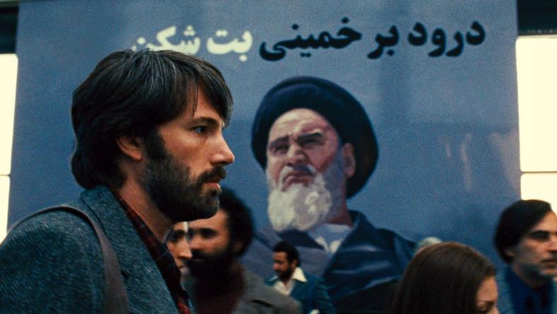 Film, który – zdaniem krytyków – jest na najlepszej drodze do zdobycia amerykańskiego Oscara, opowiada historię ewakuacji z Iranu podczas rewolucji w 1979 r., po szturmie na ambasadę USA w Teheranie, grupy amerykańskich dyplomatów.
