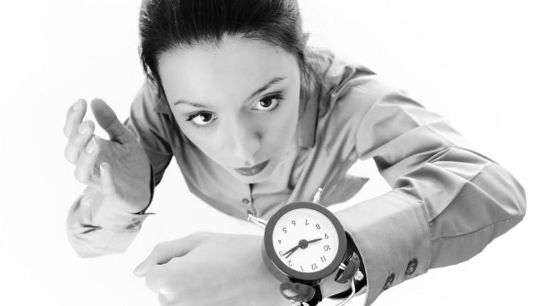 Stres, nawet ten związany z codzienną aktywnością i pracą, powoduje produkcję ogromnych ilości wolnych rodników, które uszkadzają nasze komórki, prowadząc do ich degeneracji i starzenia. Inne źródła wolnych rodników to zanieczyszczenie środowiska, papierosy, promieniowanie UV. Te negatywnie wpływają m.in. na strukturę i gęstość naszej skóry oraz przyśpieszają proces powstawania zmarszczek – mówi dr n. med. Kurczabińska-Luboń. Najlepszym rozwiązaniem byłoby oczywiście unikać nikotyny, spędzać jak najwięcej czasu na świeżym powietrzu (najlepiej z dala od centrum dużych miast), prowadzić spokojny tryb życia itp. Oczywiście nie każdy ma szansę na wprowadzenie wszystkich tych założeń w życie, warto jednak na początek wyrobić w sobie kilka dobrych nawyków, które pomogą nam walczyć z tymi procesami.