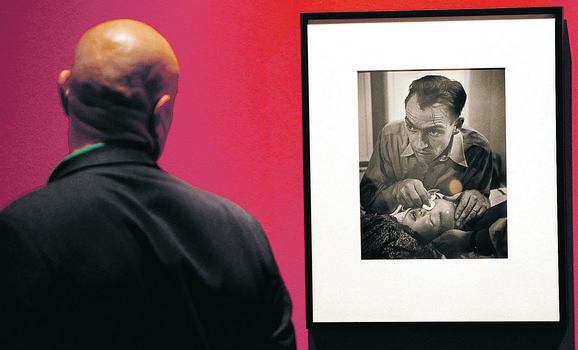 """Posetilac posmatra Smitovu crno-belu fotografiju na izložbi u Teatru """"Fernando Gomez"""" u Madridu 2008. godine"""