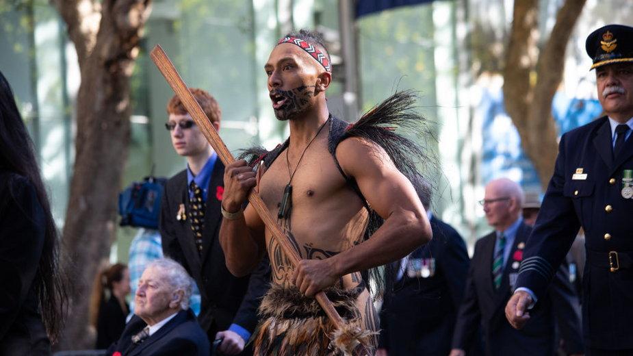 Maoryski wojownik w tradycyjnym stroju prowadzi nowozelandzkich weteranów w paradzie Anzac Day, święcie narodowym Australii, upamiętniającym ofiary wojen. 25 kwietnia 2021 r., Sydney, Australia
