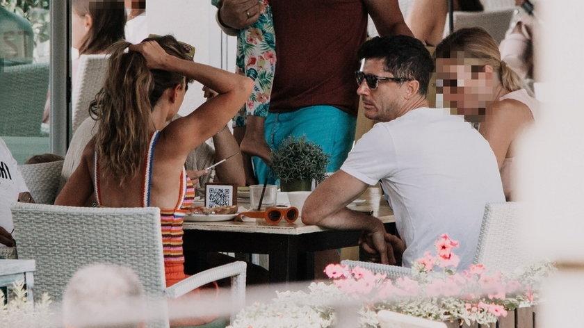 Robert Lewandowski z żoną Anną i przyjaciółmi na lunchu w jednym z lokali na Majorce