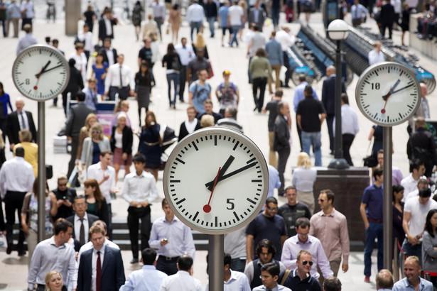 Poziom dochodów z pracy w Polsce nadrabia dystans jaki nas dzieli od krajów zachodnich, jednak dostosowanie nie może nastąpić za szybko. Różnica w możliwościach dochodowych jest podstawową przyczyną decyzji migracyjnych. Trudno na to coś poradzić, bo w obecnych warunkach przedsiębiorstwa nie mogą sobie pozwolić na wypłatę takich wynagrodzeń jak w Niemczech, czy Wlk. Brytanii. Żeby bardziej wyrównać tą różnicę, należy w krótkiej perspektywie - zmniejszyć opodatkowanie dochodów z pracy (obniżyć klin podatkowy) i w nieco dłuższej perspektywie – podnieść produktywność pracy, czyli przede wszystkim inwestować w postęp technologiczny, innowacje i lepszą alokacje zasobów pracy.