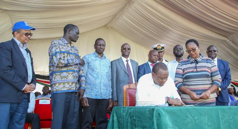 President Uhuru Kenyatta signs the Universal Health Coverage charter during the launch of the UHC pilot programme in Kisumu on 13 December 2018.  (PSCU)