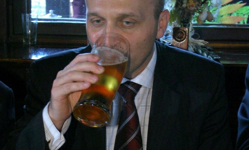 Tak Kazimierz Marcinkiewicz w 2005 r. raczył się piwkiem