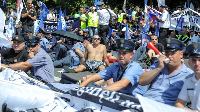 """Dawno przed kancelarią premiera nie było tak głośnej manifestacji. Pikietujący mieli syreny i trąbki, pod adresem rządu krzyczeli: """"Złodzieje, złodzieje""""."""