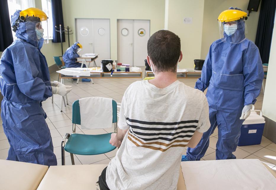 Rossz hír: aki egyszer elkapta a koronavírust, elkaphatja másodszor is - csak néhány hónapig marad meg a szervezetben az ellenanyag / Fotó: MTI - Bús Csaba