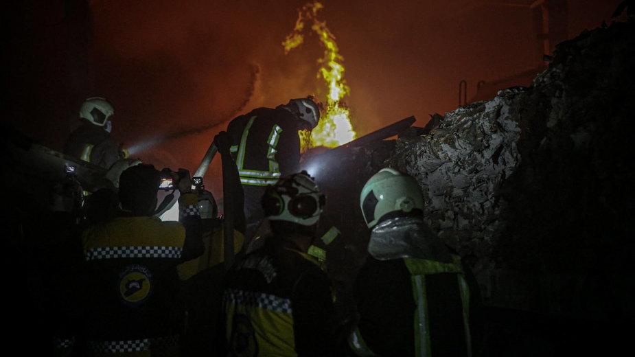 Strażacy gaszą pożary po rosyjskich nalotach w Idlib