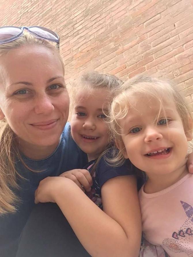 Tijana sa ćerkicama