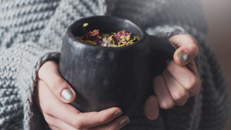 Kubek z ciepłą herbatą w dłoniach