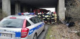 Samochód wbił się w filar wiaduktu