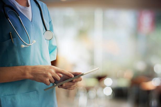 Płace minimalne w służbie zdrowia: największe podwyżki dla pielęgniarek, położnych i fizjoterapeutów