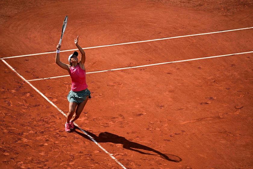 Broniąca tytułu Polka zwyciężyła w sobotę w dziesiątym meczu z rzędu we French Open.