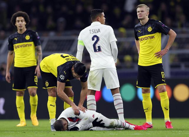 Emre Čan proverava da li je sve u redu sa Nejmarom, Erling Brajt Haland i Tijago Silva razgovaraju na meču Borusije Dortmund i Pari Sen Žermena