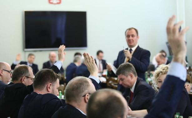 Sejmowa komisja nadzwyczajna wznowiła w piątek prace nad projektem PiS ws. zmian m.in. w Kodeksie wyborczym.