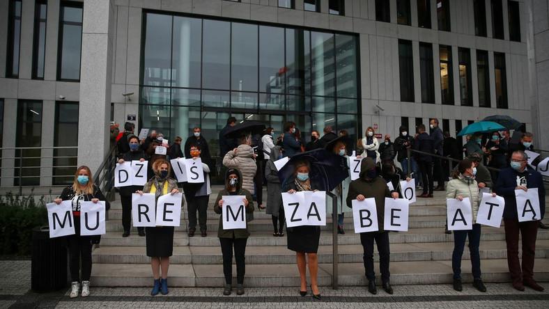 Demonstracja poparcia dla sędzi Beaty Morawiec przed Siedzibą Sądu Okręgowego w Krakowie