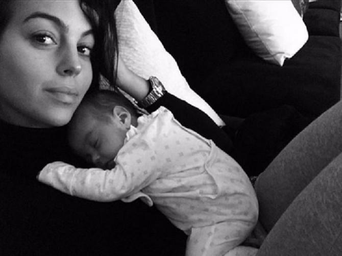 Ronaldova devojka samo što se porodila, a već na Instagramu pokazuje ČELIČNU ZADNJICU: Tri miliona ljudi divi se njenoj figuri