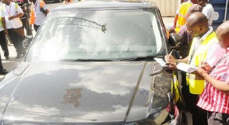 File image of KRA officials inspecting a vehicle. Kiambu ministers' official cars withdrawn by deputy governor James Nyoro over alleged involvement in politics instead of development